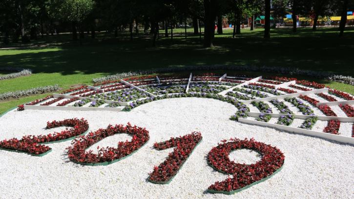Садовники представили в Александровском саду цветники, посвященные Году Театра