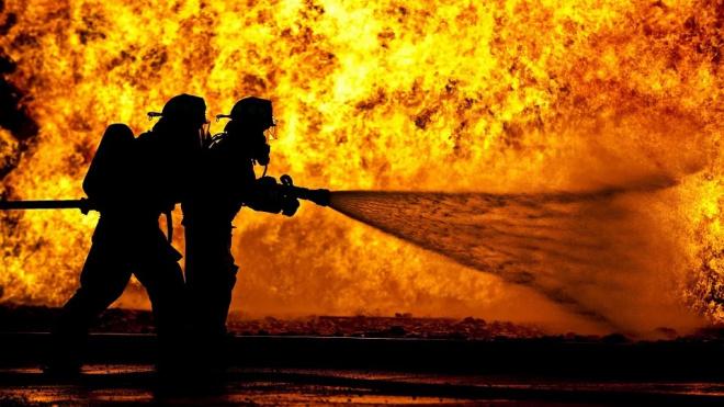 Страшный пожар в Тихвине тушили 12 спасателей