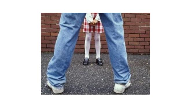Мать 13-летней девочки вместе со своим приятелем пытались развратить школьницу