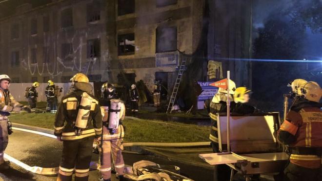 Сотрудники МЧС полностью потушили горящее нежилое здание на Митрофаньевском шоссе