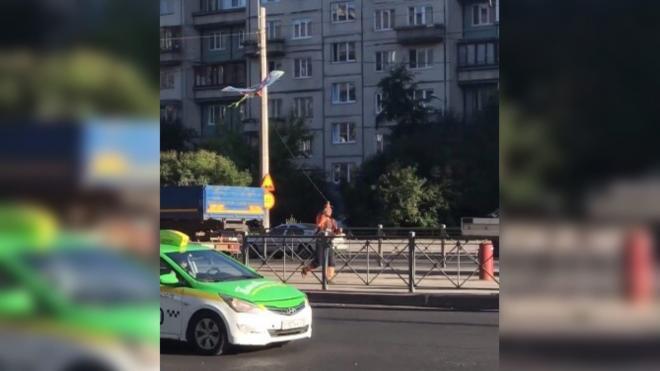 Дорожные строители запустили воздушного змея на Луначарского