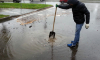 В Петербурге ремонтируют дороги с помощью лопаты
