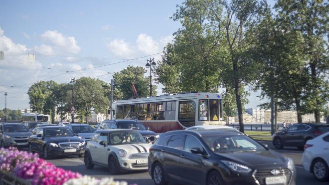 В Петербурге запретят размещать рекламу на общественном транспорте