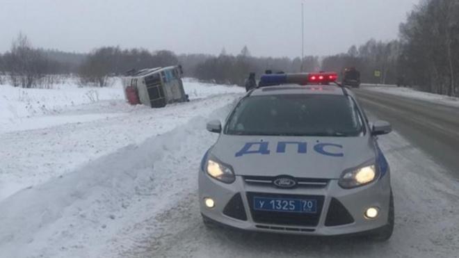 В Томской области автобус с пассажирами вылетел с дороги и перевернулся