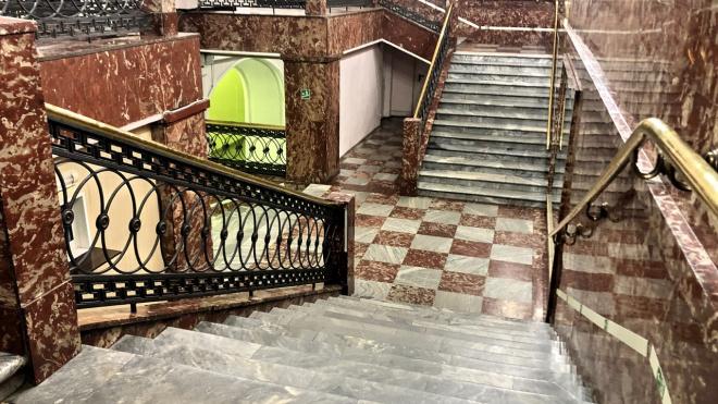 """На лестнице Гостиного двора нашли плиты с """"Площади Восстания"""""""