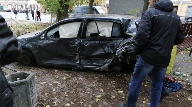 На Васильевском острове Volkswagen залетел в сквер и снес скамейку