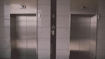 В семи районах Петербурга до конца года заменят более 100 лифтов