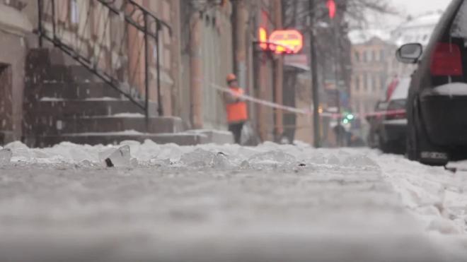 Снегопад в Петербурге убирали почти 900 единиц спецтехники