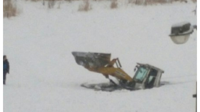 В Купчинском пруду под лед ушел трактор