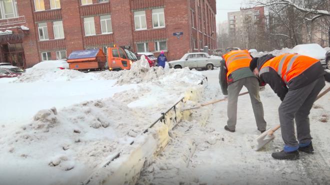 Восемь тысяч дворников расчищали Петербург от снега