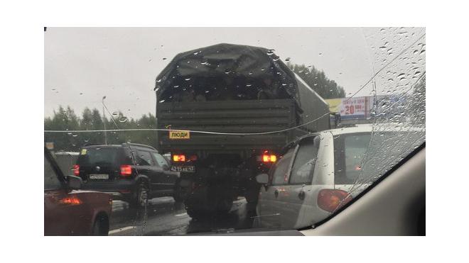 ДТП на Выборгском шоссе: грузовик с военными затруднил движение
