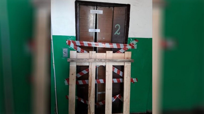 Рабочий травмировался во время падения лифта в Тихвине