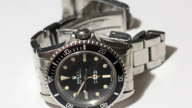 Мужчина в маске украл швейцарские часы из торгового комплекса на Торфяной дороге
