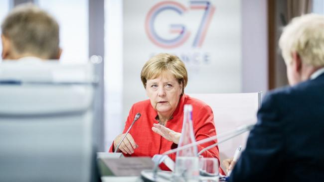 Меркель: вакцину от COVID-19, возможно, придется периодически обновлять