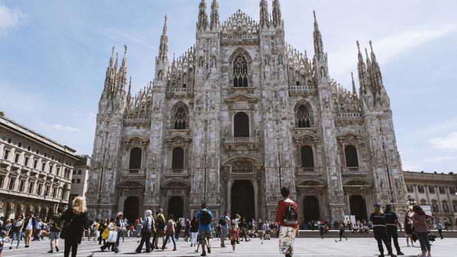 В Милане запретили селфи-палки, напитки в стекле и уличную еду