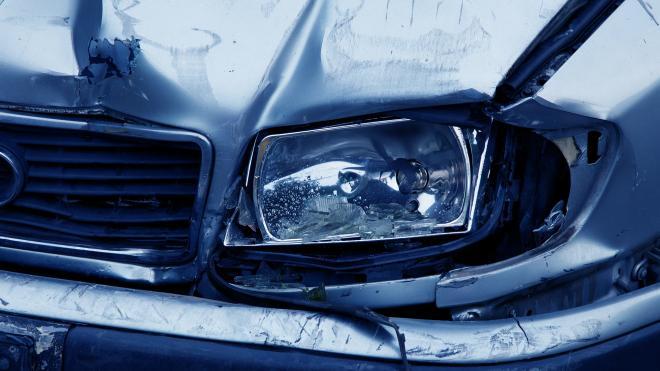 """Два человека погибли после удара """"Рено"""" о столб на Белоостровском шоссе"""