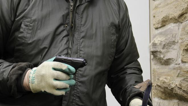 В Малой Охте грабитель ранил квартиросъемщика, отказавшегося отдать ему деньги