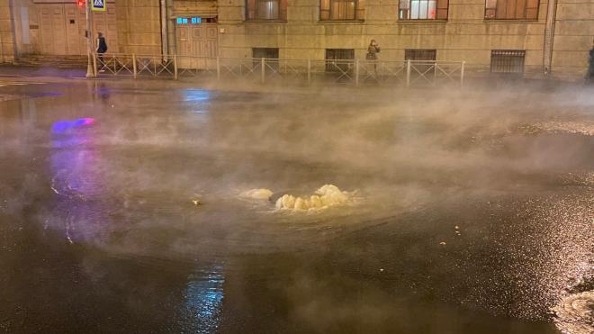 Вечером на набережной Обводного канала прорвало трубу с кипятком
