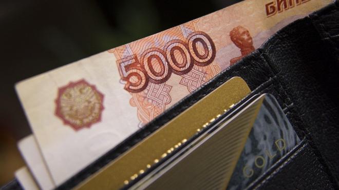 Стало известно, кому платят больше всего в Москве и Петербурге