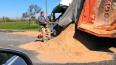 На Московском шоссе перевернулся самосвал с песком