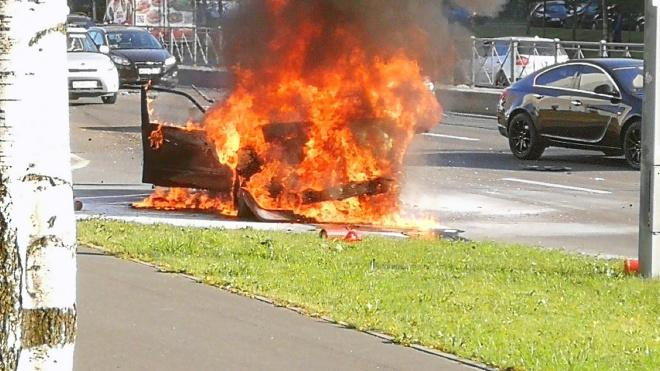 В Приморском районе загорелась машина виновника ДТП