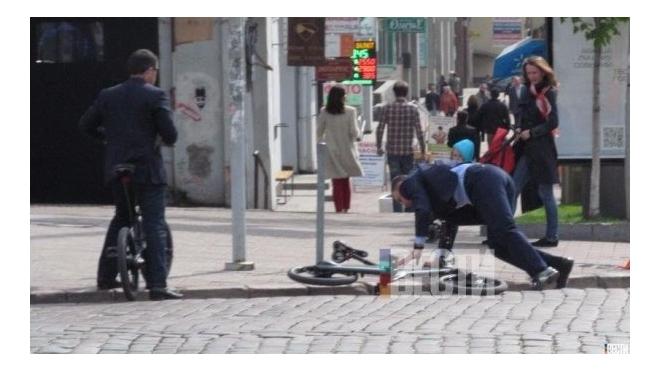 Виталий Кличко так задумался, что упал с велосипеда