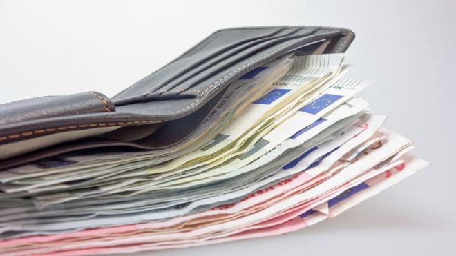 Петербургский кондуктор не стала отдавать пассажиру забытый кошелек с сотней тысяч рублей