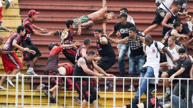 В Бразилии трое футбольных фанатов убили болельщика унитазом
