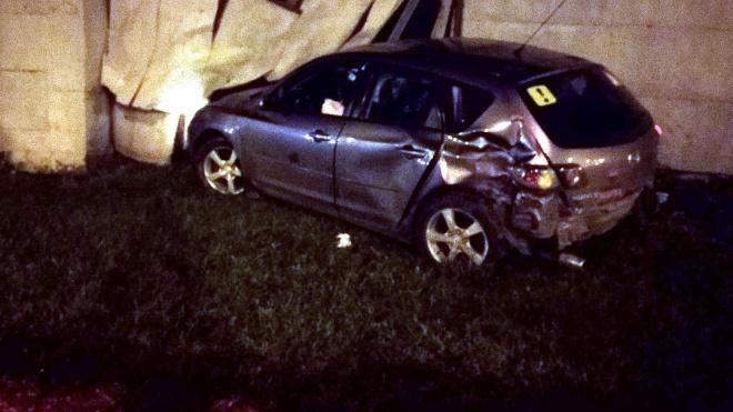 На Суздальском проспекте иномарка влетела в гараж, водитель сбежал