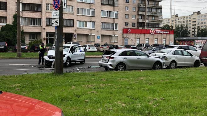 В Купчино каршеринг протаранил несколько машин и завалился на бок