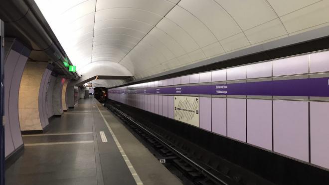 В метро Петербурга рассказали, почему на станциях разное освещение