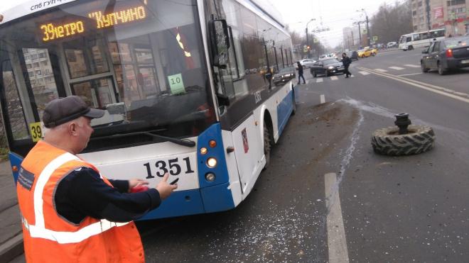 На Будапешсткой у трактора оторвалось колесо и попало в троллейбус