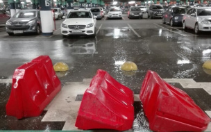 """Парковку в ТЦ """"Мега Дыбенко"""" залило мыльной водой"""