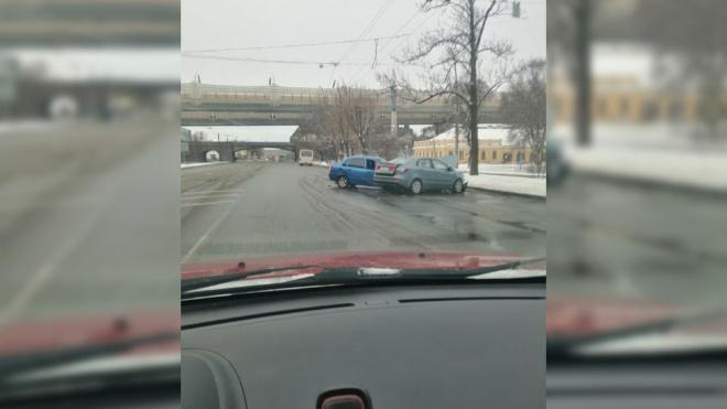 У ЗАГСа на проспекте Стачек столкнулись два автомобиля