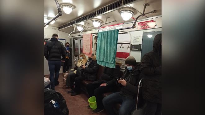"""Мужчина развесил полотенца в вагоне метрополитена на """"красной"""" ветке"""