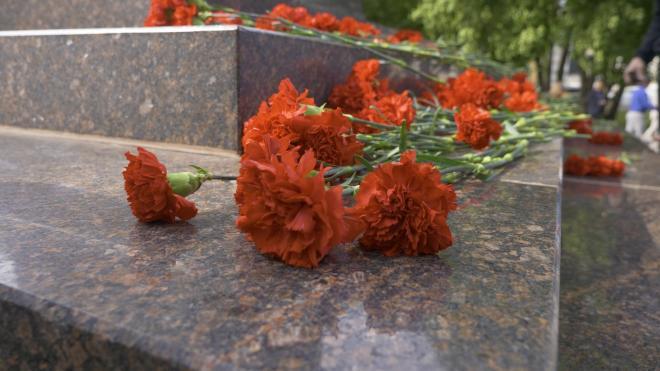 """В день открытия """"Дороги Жизни"""" на """"Разорванном кольце"""" возложили цветы к мемориалу"""