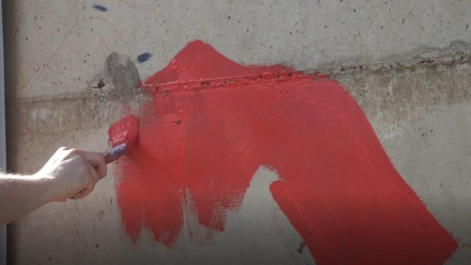Некрасивому граффити в центре Петербурга разрешили повисеть несколько месяцев