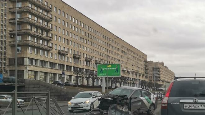 На Свердловской набережной каршеринг снес забор