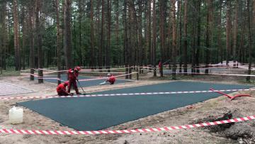В Сосновке начались работы по заливке мягкого покрытия ...