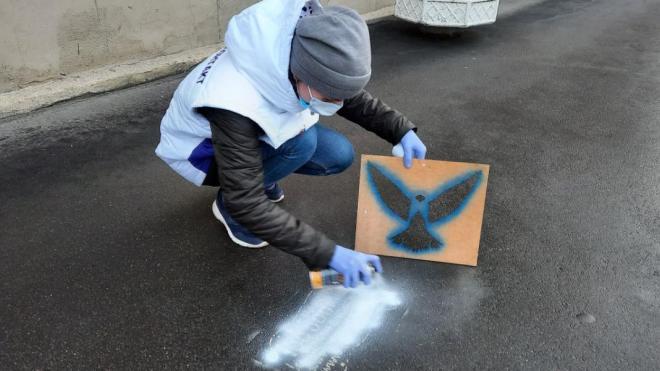 Волонтеры продолжают закрашивать наружную рекламу синими птицами