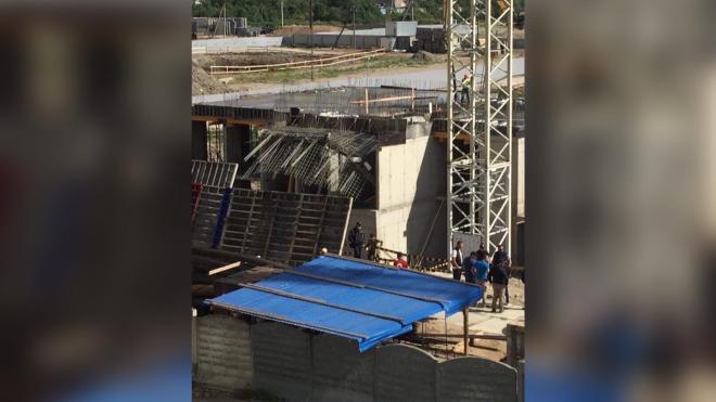 При обрушении конструкций на стройке в Шушарах пострадал человек