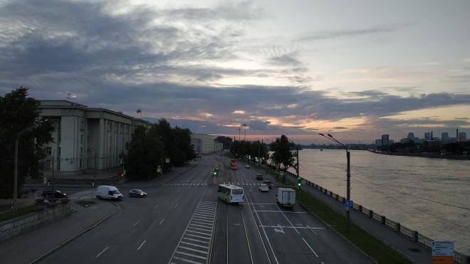 Мужчину госпитализировали после заплыва через Неву у Володарского моста