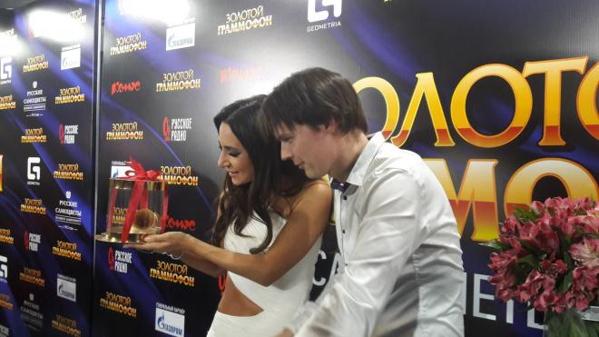 Жители Петербурга подарили Заре свой золотой граммофон