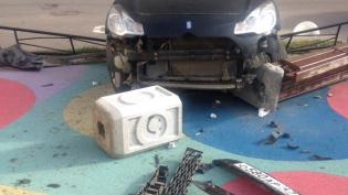 Иномарка врезалась в детскую площадку на проспекте Сизова