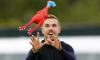 Футболисты английской сборной сыграли в салки с резиновой курицей