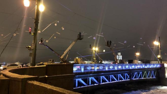 """Подсветка Дворцового моста превратилась в """"северное сияние"""""""