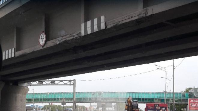 Экскаватор повредил железнодорожный мост на Пулковском шоссе