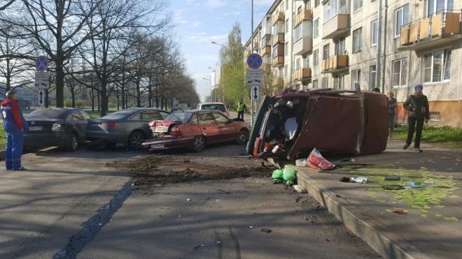 На проспекте Космонавтов нетрезвый водитель разбил пять припаркованных машин