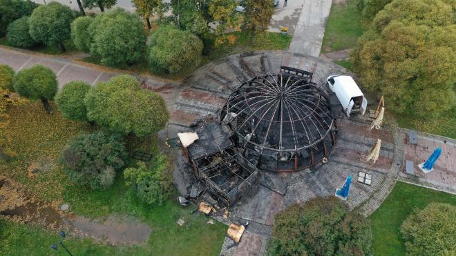 Владельцу сгоревшего кафе на набережной в Выборге дали месяц на уборку