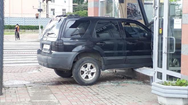 """Полиция разыскивает водителя """"Форда"""", врезавшегося в кафе на Гренадерской"""